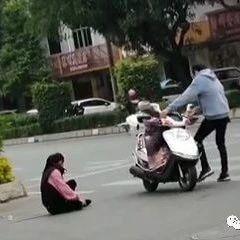永春一女子骑摩托车摔倒在地,幸好遇到这对夫妻……
