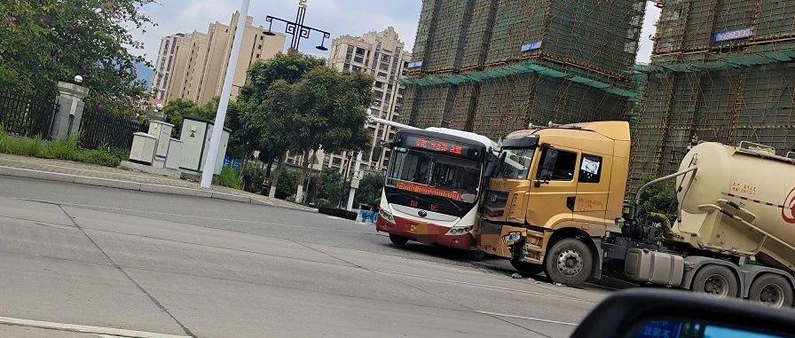 """看得胆战心惊!永春一罐车与公交车亲密""""接吻"""""""