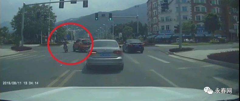 曝光!在永春石鼓橋紅綠燈路口處,這名男子的一個危險動作太嚇人了...