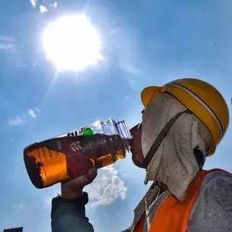 �嵴ǎ∮来喝丝缸。�40°↑�D�l致敬!那烈日下的�允�