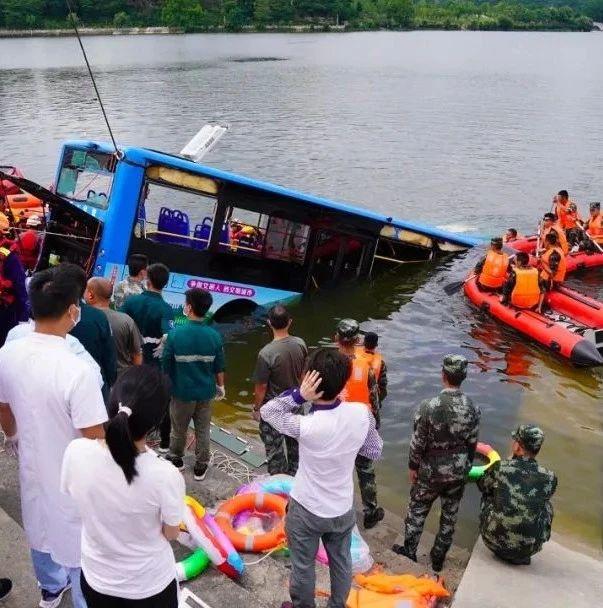 痛心!贵州坠湖公交21人遇难,包含5名学生,驾驶员已身亡