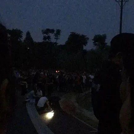 心痛!益阳一湖内惊现年轻女尸,家属在旁崩溃痛哭!现场聚集大量围观群众!