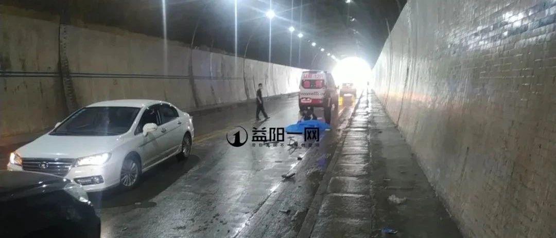 揪心!桃江一吊车与摩托车隧道内相撞!摩托车司机不幸身亡!现场一地狼藉!