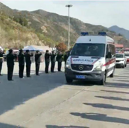 快讯:陕西驰援湖北医疗队回家,在山阳天竺山服务区举行欢迎仪式,交警沿途敬礼!