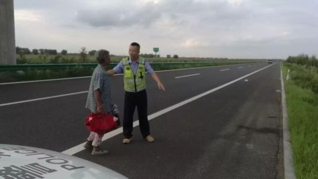 【城事】白城七旬老人散步迷路走失高速公路民警送其平安回家获赠锦旗