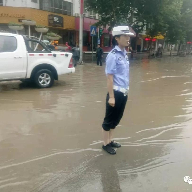 暴雨中,彬州交警的这些举动温暖了许多人...