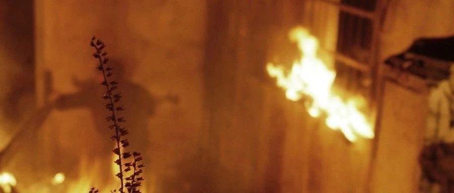 现场直击!内江一民房起火,他们抢走了房门钥匙!(内附视频)