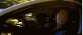 一女子驾车,腿上还坐了一个人......