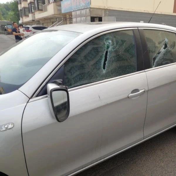 光头男因为挡路把车一顿砸,海州民警:送进去了!