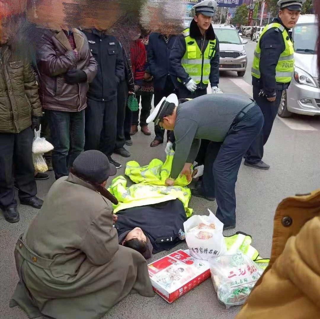点赞!威尼斯人注册交警路遇昏迷女士,伸出援手紧急救助!