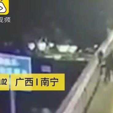 女生站在桥上看风景,突然被陌生男子抱起投入江中(现场视频)