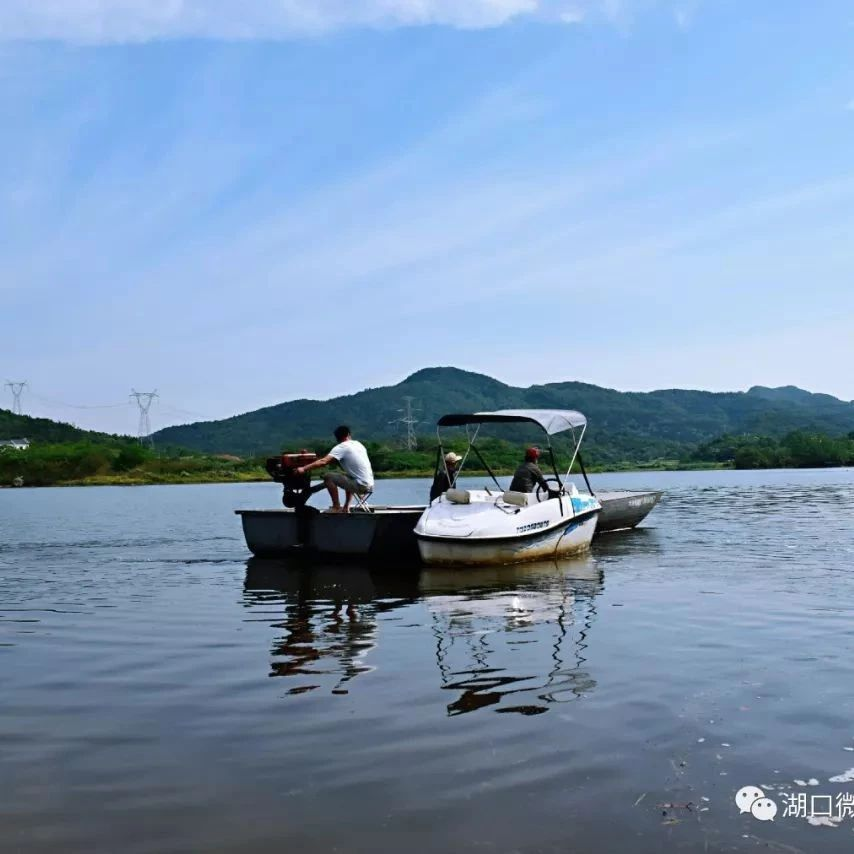 """湖口�h殷山水�欤�""""船在水中走,人在��中游""""!"""