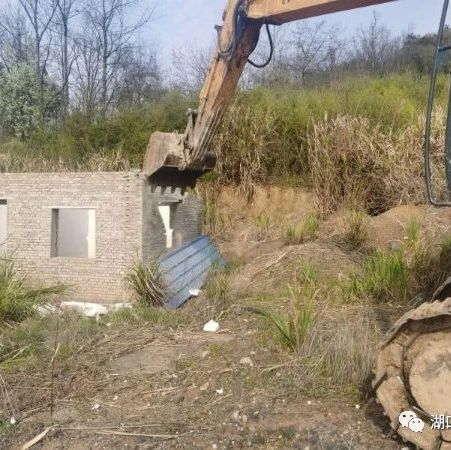 湖口:村民在疫情间违建房屋,执法部门拆除5户违法在建房!
