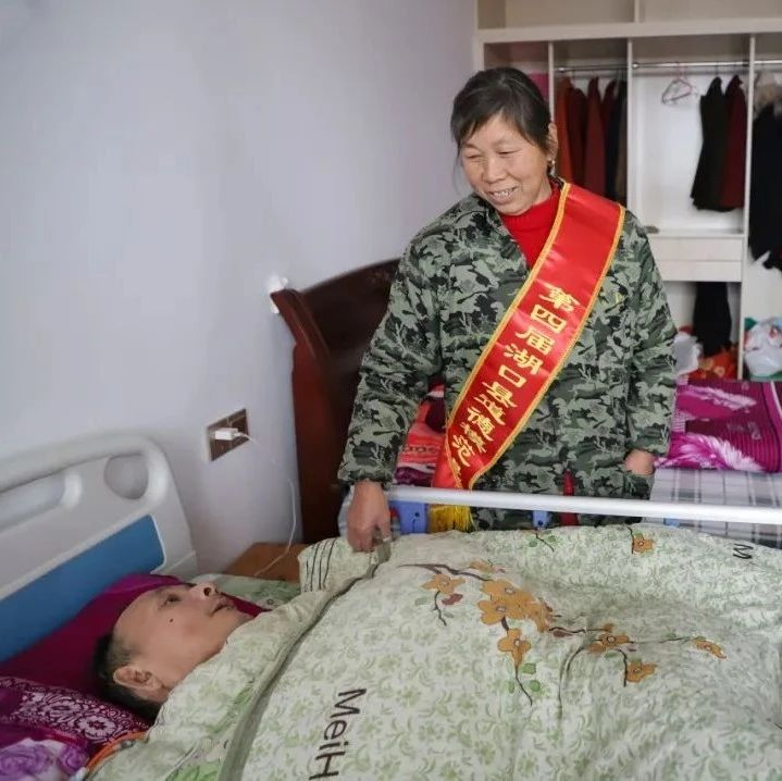 bt365电子游戏:丈夫瘫痪卧床14年,妻子用瘦弱肩膀撑起整个家!