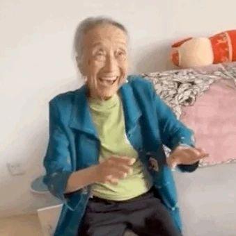 90岁老奶奶做完美甲后……