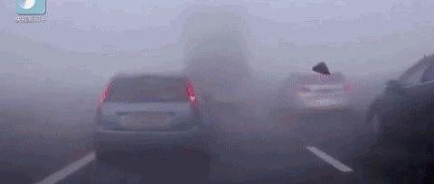 """天冷注意安全!30余车连环相撞18人死亡,""""团雾""""究竟有多可怕?!"""