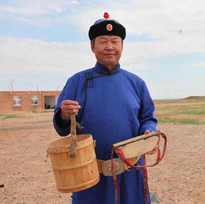 【蒙古文】阿右旗:一位嘎查���的30年