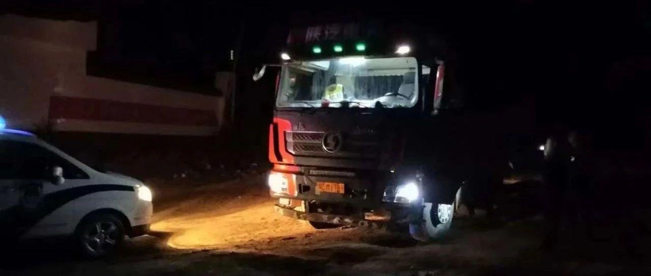 洛阳一大货车偷拉河沙被查,开车直撞向民警……