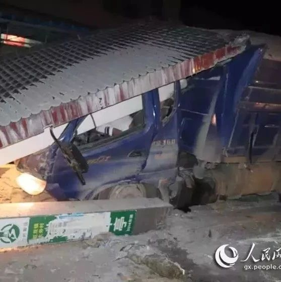 大单!一大货车撞塌候车厅,司机身亡!