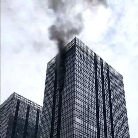 突发!郑州紫荆山路裕鸿国际高层空调外机起火