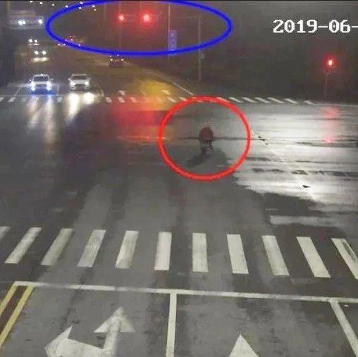 男子骑车闯红灯被撞住院,家属要求汽车担责?!交警霸气回怼