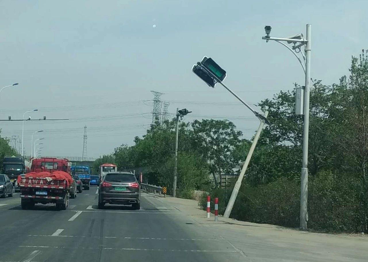 大港电厂生活区路口红绿灯倾斜了