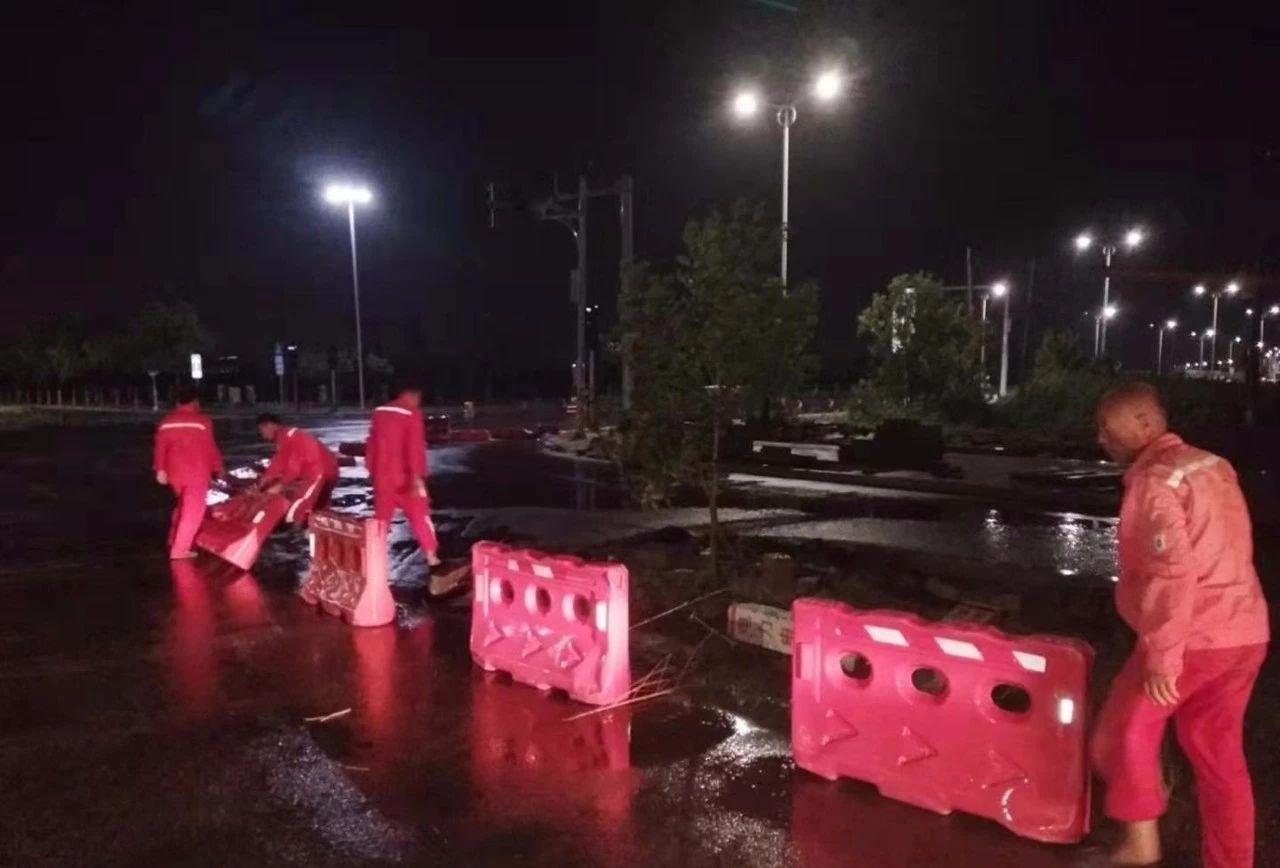 大港油田市政公司在大雨中�允�