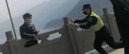 �榉罟�警察�c�!男子跳河瞬�g,警察�w身救援!