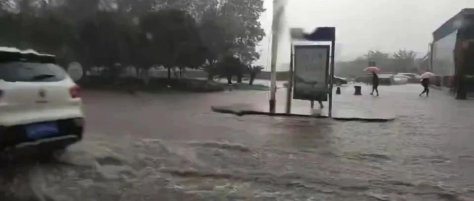 暴雨骤至,来势汹汹,自贡市区多处路段严重积水