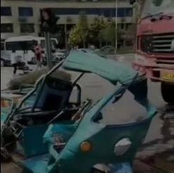 惊险!富顺大转盘一货车与三轮车相撞...