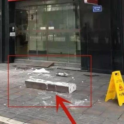 【曝光】自贡市区内某医院楼顶脱落,路过行人注意安全啊!