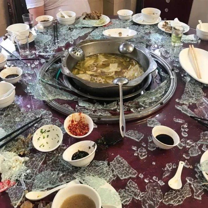 好恐怖!饭吃到一半,自贡这家餐厅玻璃突然爆炸!