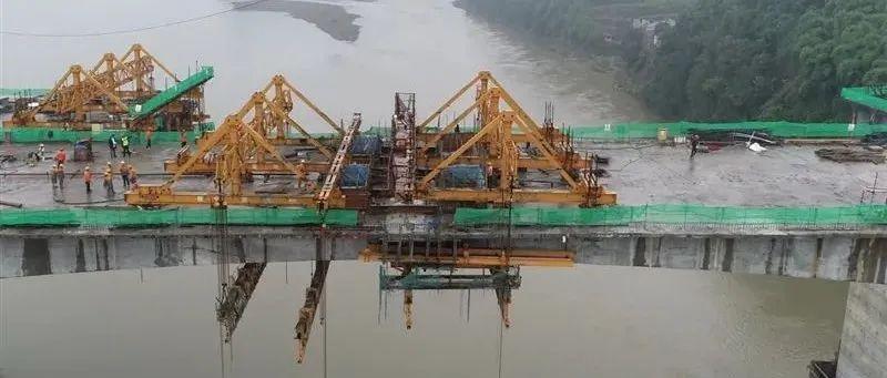 成乐高速公路青衣江大桥左幅顺利合龙