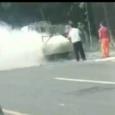 【视频】滨州一厢货车起火,司机用树枝抽打,过路公交司机的做法亮了