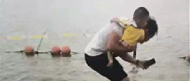 惊险!奶爸抱着儿子跳水救人,随后的一幕让人泪目……