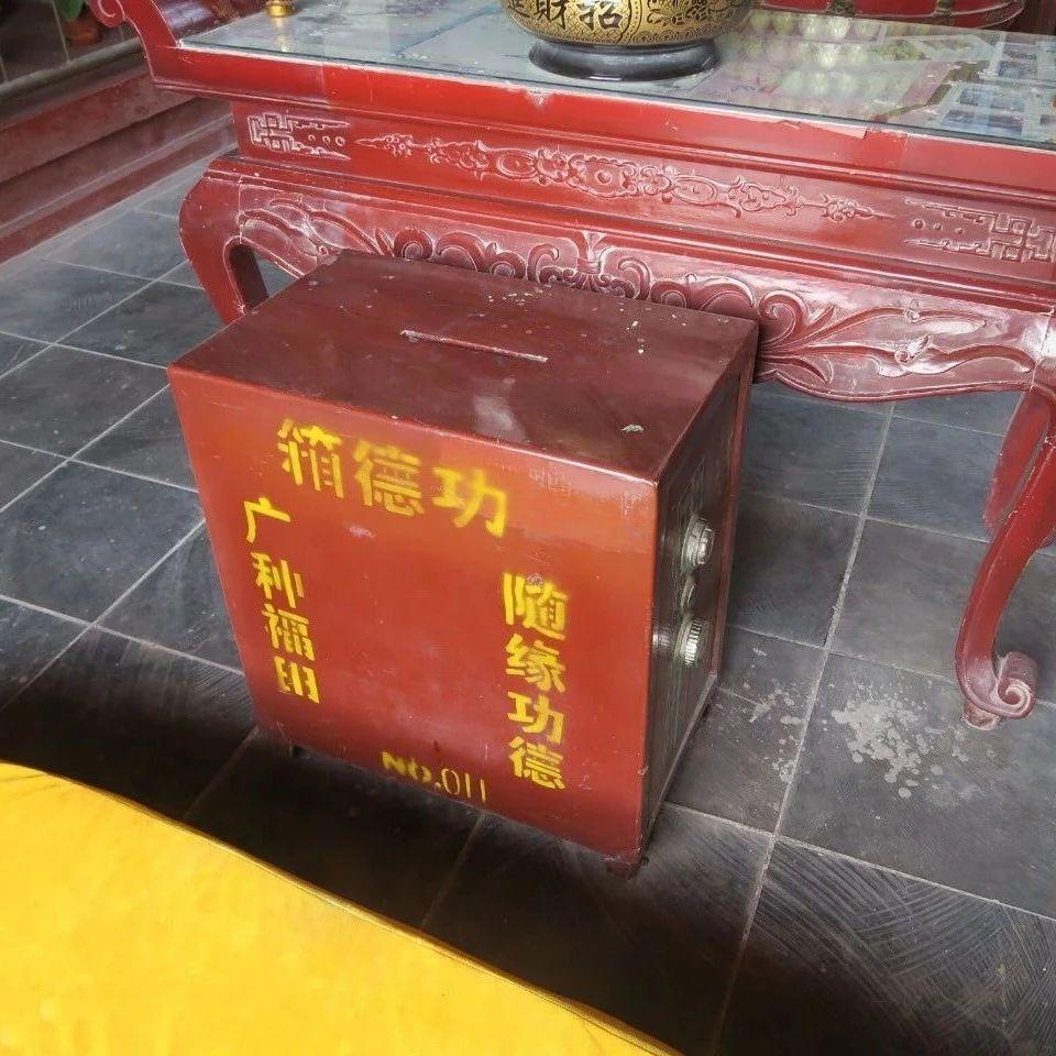 视频|新安县一道观功德箱被盗!四个小偷用伞当掩护……