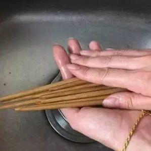 整把搓洗筷子竟是错的!正确的洗筷子方式,原来是这样…