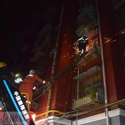 现场图!事发洛阳一小区!消防队员破窗救人!