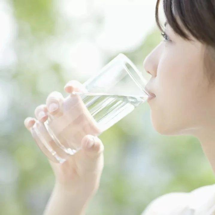 """这样喝水,你将亲手""""毁掉""""自己的肾!医生从不这样做…"""