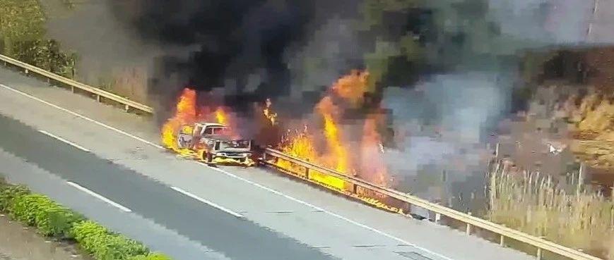 整辆车被火光淹没!天气渐热,车辆自燃有哪些征兆?