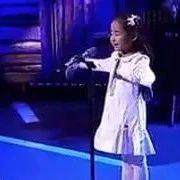 小女孩一曲没唱完,导师就哭的说不出话了..