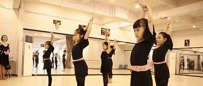 """曝光:莱阳这家舞蹈学校的老师实在太""""舞法舞天"""",竟敢把孩子教成这样子?"""