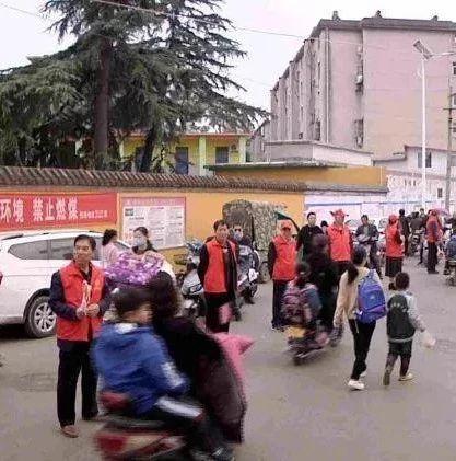 """宝丰铁东社区护学岗筑起上学路上""""安全墙"""""""