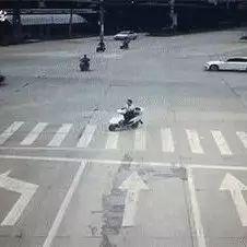 【热议】电动车闯红灯被撞飞,交警判其全责并赔偿!