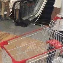 1岁宝宝被放进超市购物车,连人带车滚下扶梯!家长们千万别这么做了
