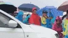 到底有多急的事?这位在校门前蛮横通行的女司机道歉并接受交警处罚...