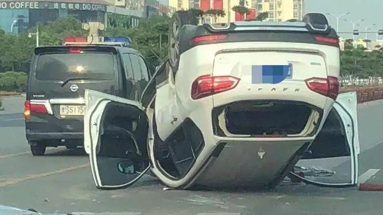 突发!!!信阳百花园发生一起车祸一轿车四轮朝天,现场视频曝光!