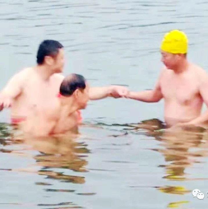 ��游泳≠�]危�U!市冬泳�f��勇救溺水者……