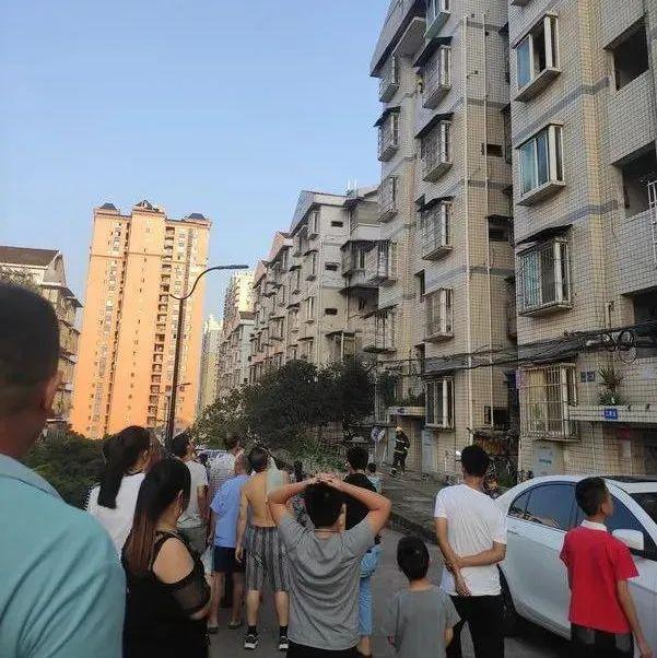 报警!内江城区一居民家突发火灾!