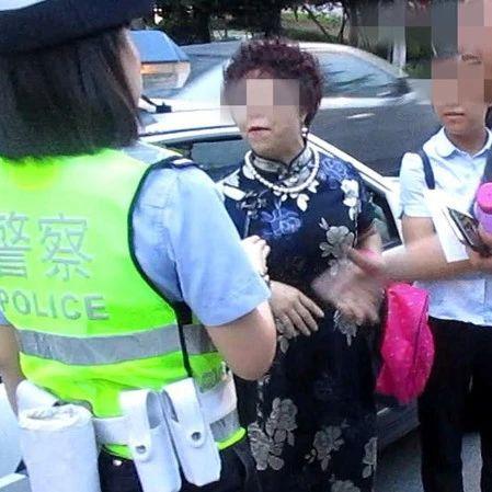 太横了!城区违停被开罚单,这妇女竟对交警破口大骂。结果――